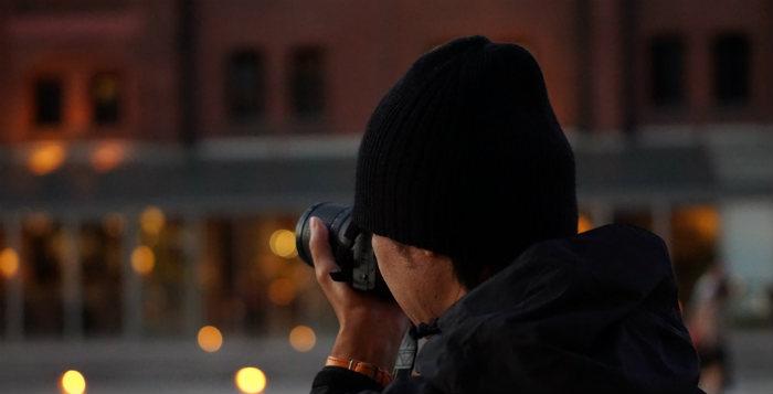 カメラを構える友人
