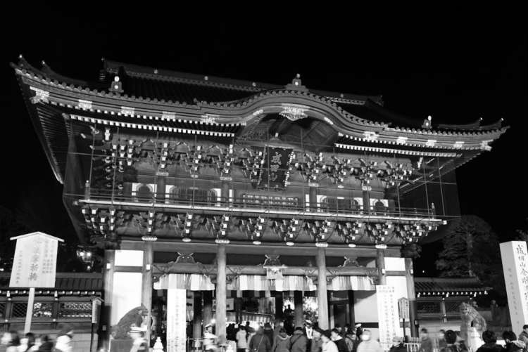 成田山総門前白黒