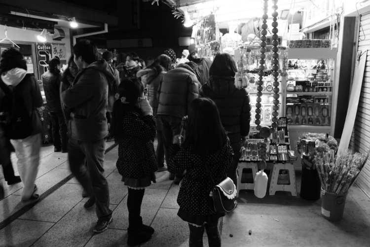成田山売店白黒