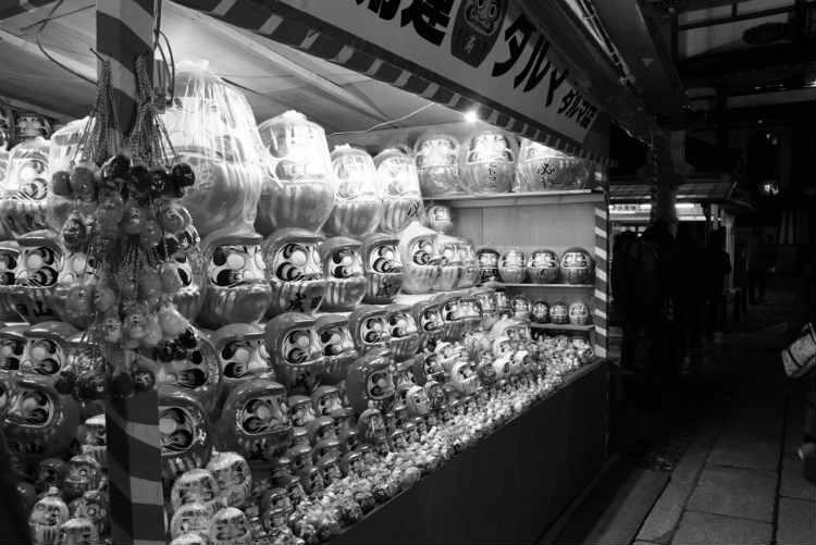 成田山夜店のだるま白黒