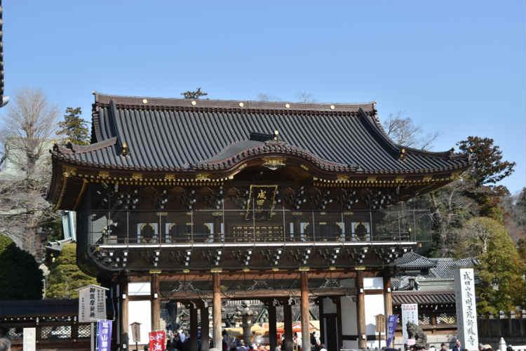 昼間の成田山総門