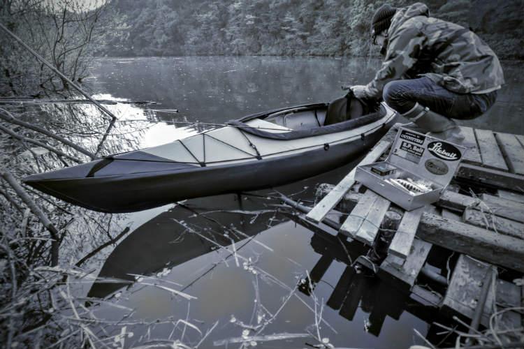 三島湖にカヤックを浮かべて釣り準備中の友人
