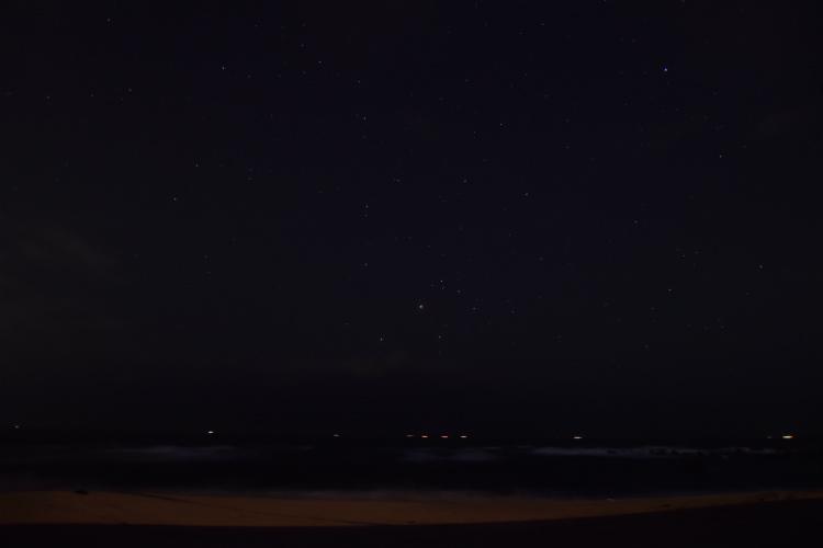 海の雲が一瞬切れたので撮影してみたが暗い