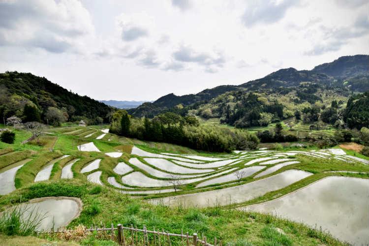 大山千枚田の風景を見ながら方位を確認している
