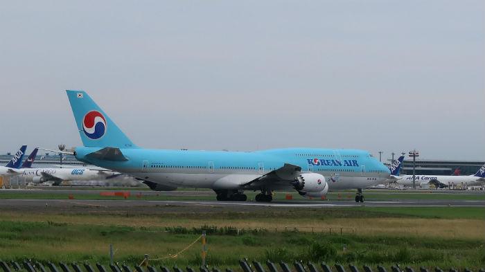 青い飛行機が滑走路へ