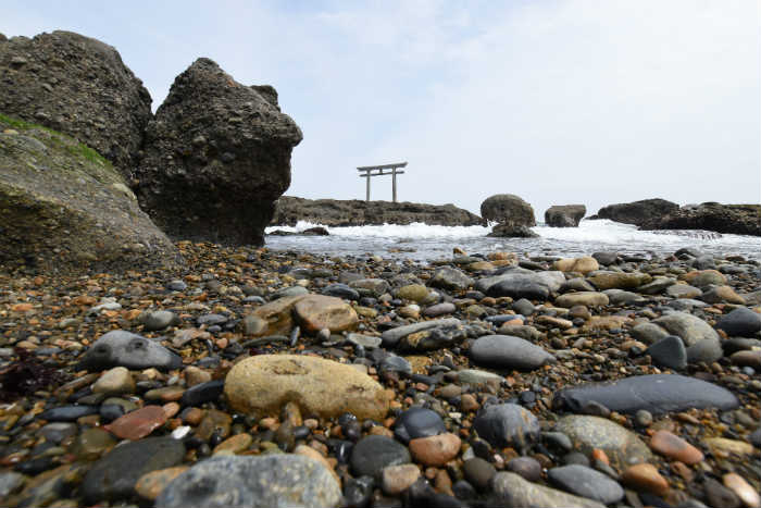 小さな石も手前にあるなら大きくなっちゃう広角レンズ
