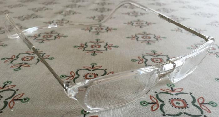 首から掛けられる老眼鏡