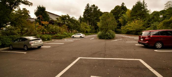 中は広い駐車場
