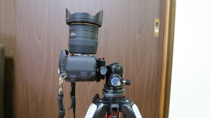 K-20Xは違和感無くカメラが固定される