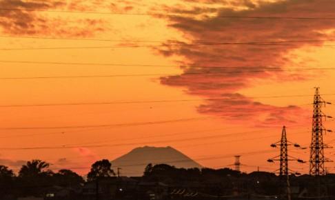 鉄塔と夕焼けと富士山
