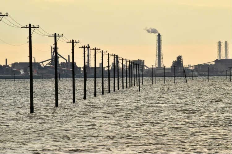 江川海岸の電柱と工場