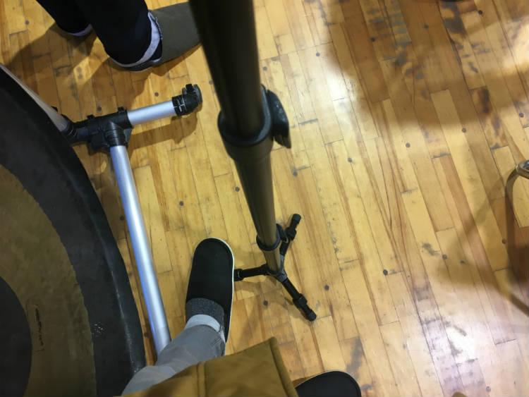 脚を足で踏むと安定する