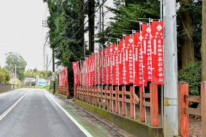 多田朝日森稲荷神社の駐車場前