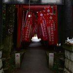 多田朝日森稲荷神社の鳥居をくぐる