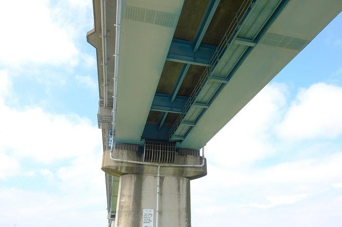 有料橋の下