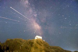 千葉房総の野島崎灯台の白いベンチと天の川を撮影