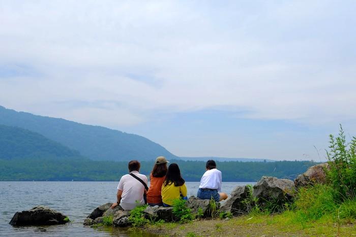 西湖の岩と家族