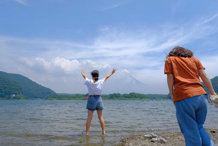 富士山に向かってポーズ