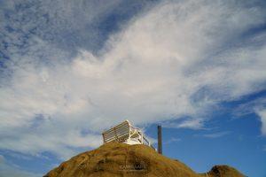 野島崎灯台の白いベンチが美しい
